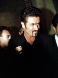 George Michael Leaves Restaurant after Arrest by Police for Lewd Act in Toilet, April 1998 Reproduction photographique