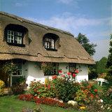 Thatched Cottage Near Burscough in Lancashire, Northern England 1972 Lámina fotográfica