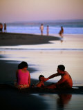 Family on Beach at Dusk, Bali, Indonesia Fotografisk tryk af Paul Beinssen
