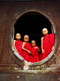 Portrait of Four Young Monks at Round Monastery Window, Inle Lake, Myanmar (Burma) Fotografisk tryk af Anthony Plummer