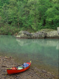 Canoe by the Big Piney River, Arkansas Fotografie-Druck von Gayle Harper