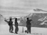 Members of the British Everest Expedition Survey the Mountains Photographie