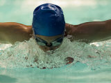 Young Woman Swimming the Butterfly Stroke in a Swimming Pool, Bainbridge Island, Washington, USA Fotografie-Druck