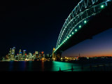 A View Across Sydney Harbour of the Brightly-Lit Harbour Bridge and the Citys Skyline Lámina fotográfica por Medford Taylor