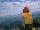 Un pompier s'essuie les yeux irrités par la fumée Photographie par Mark Thiessen