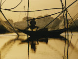 A Fisherman Sets His Nets Photographie par Dick Durrance II