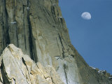 The moon over K7 in the Karakorum Mountains Lámina fotográfica por Jimmy Chin