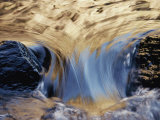 Water Flows Swiftly Between Two Rocks Photographie par Jason Edwards