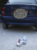 "A ""Just Married"" Sign and Tin Cans are Atached to the Back of a Car Photographie par Stephen Alvarez"