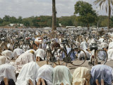 Friday Worshippers at the Mosque in Kano Fotografisk tryk af Robert Sisson