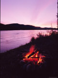 A Campfire Glows on the Banks of the Yukon River Photographie par Barry Tessman