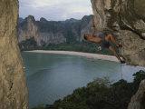 A Climber Negotiates an Overhang on Railay Beach Photographie par Bobby Model