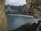 A Climber Negotiates an Overhang on Railay Beach Fotografisk tryk af Bobby Model