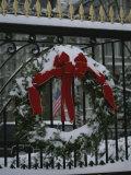 Fresh Snow Covers a Christmas Wreath on the White House Gate Fotografisk trykk av Stephen St. John
