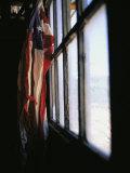 An American Flag Hangs in a Window Fotografie-Druck von Raul Touzon