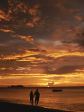 Couple Silhouetted on Beach at Twilight, Belize Photographie par Barry Tessman