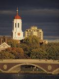 L'Università di Harvard vista dietro un ponte che attraversa il fiume Charles Stampa fotografica di Tim Laman