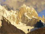 A hiker under the Cerro Torre Massif Lámina fotográfica por Jimmy Chin