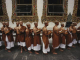 Buddhist Monks Share a Meal in a Courtyard at Wat Po; Wat Po is Bangkoks Oldest and Largest Temple Fotografisk tryk af Paul Chesley