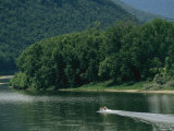 A small motorboat on the Susquehanna River near the Endless Mountains. Lámina fotográfica por Raymond Gehman