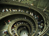 Tourists Descend the Double Spiral Staircase in the Vatican Museums Fotografisk tryk af Paul Chesley