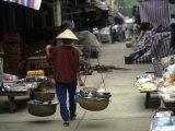 Woman with Bamboo Hat Carries Balanced Baskets, Pingxiang Market Lámina fotográfica por Gehman, Raymond