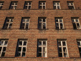 Broken Windows of an Abandoned Building in Berlin Fotografisk tryk af Jim Webb
