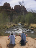 Tourists Relaxing in Lawn Chairs at Oak Creek in View of Cathedral Rock Photographie