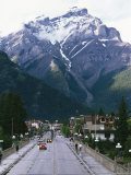 Cascade Mountain Looms above the Town of Banff Fotografisk tryk af Rich Reid
