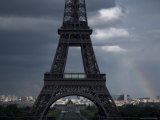 Rainbow Arches Behind the Eiffel Tower Lmina fotogrfica por Cotton Coulson