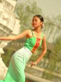 A Dancer Performs at the Chinese Ethnic Culture Park Lámina fotográfica por Nowitz, Richard