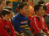 Children Watch a Performance at Beijings Cultural Ethnic Park Lámina fotográfica por Nowitz, Richard