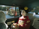 Kimono-Clad Geisha Sits in the Back of a Cab Lámina fotográfica