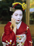 A Kimono-Clad Geisha Talks on a Cell Phone Lmina fotogrfica por Justin Guariglia