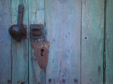 An Antique Lock on a Blue Door Lámina fotográfica por Touzon, Raul