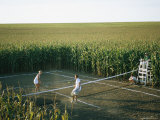 An Umpire Watches a Game on a Tennis Court Carved from a Cornfield Impresso fotogrfica por Joel Sartore