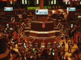 The Trading Floor of the New York Stock Exchange on Wall Street Lmina fotogrfica por Justin Guariglia