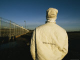 A Chain Gang Prisoner in Protective Clothing Lámina fotográfica por Bill Curtsinger