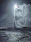 Old Faithful Geyser, Yellowstone National Park, Wyoming Fotografisk tryk af James P. Blair