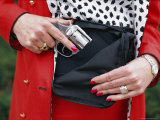 Woman Slipping a Pistol into Her Purse, Colorado Fotografisk tryk af Paul Chesley