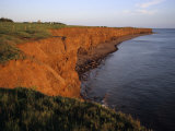 The Red Cliffs of Prince Edward Island at Sunset Glow, Prince Edward Island, Canada Fotografisk tryk af Taylor S. Kennedy