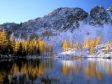 Golden Larch Trees and Sawtooth Ridge, Upper Eagle Lake, Okanogan National Forest, Washington, USA Photographie