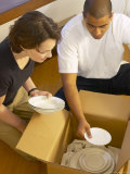 Couple Packing Dishes in Empty Apartment Photographie