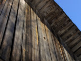 Close-up of a Weathered Wooden Shed Against Blue Sky Photographie