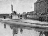 Captured German Submarine Minelayer is on View in the Thames London Lámina fotográfica