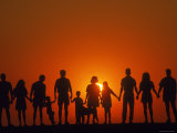 Large Family Silhouetted at Sunset Fotografie-Druck
