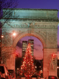 Christmas Tree in Washington Square Arch, NYC Photographie par Rudi Von Briel