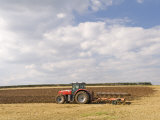 Tractor Ploughing a Field, England Fotografisk tryk af Martin Page