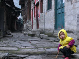 Child Playing on the Street, China Póster por Ryan Ross
