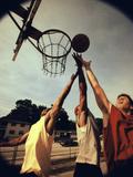 Young Men Playing Basketball Fotografisk trykk